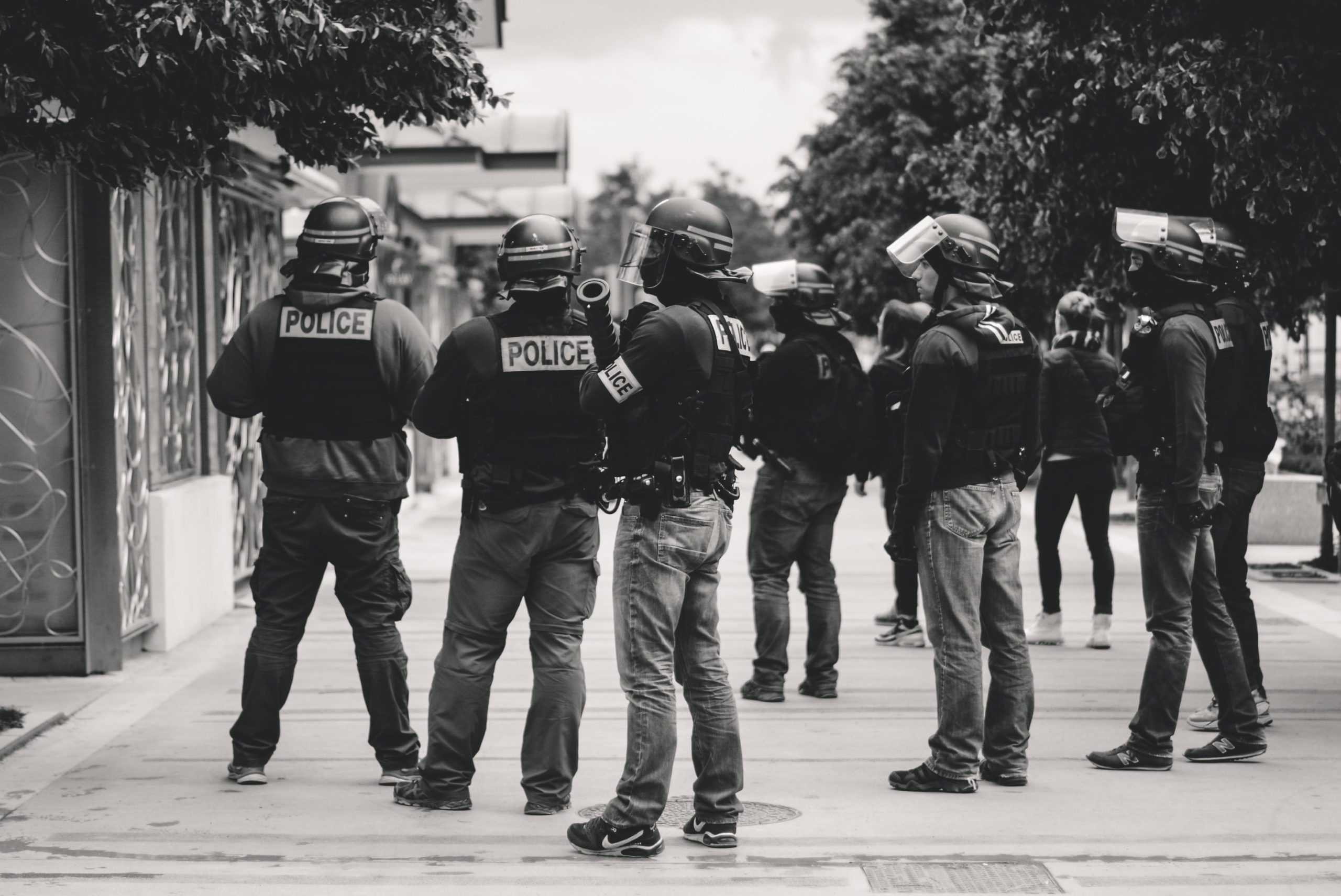 I rischi legali della diffusione online di video di controlli di polizia